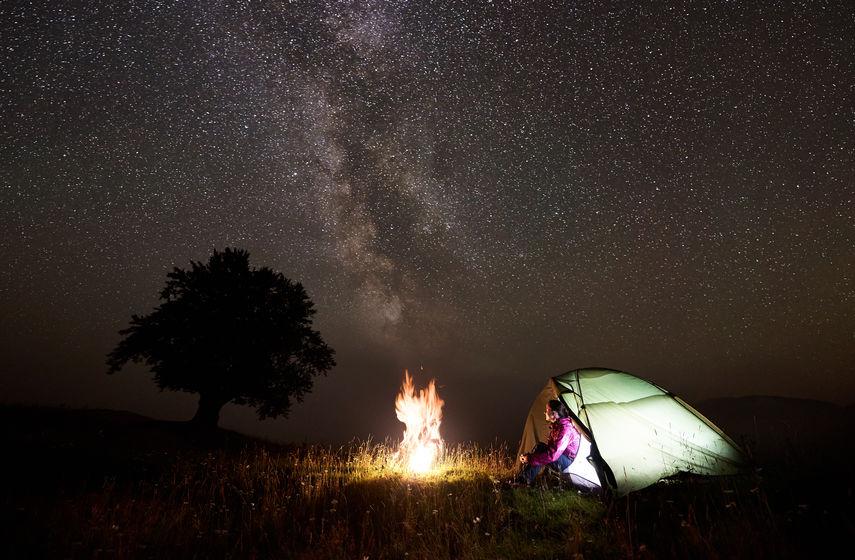 Draußen schlafen am Lagerfeuer